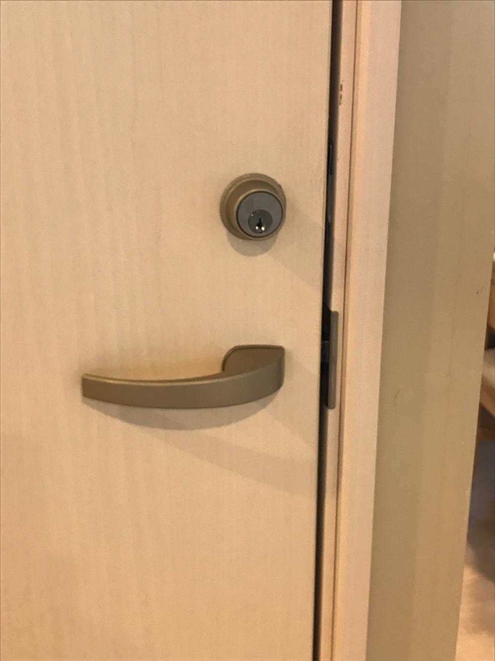 扉に鍵の取り付け